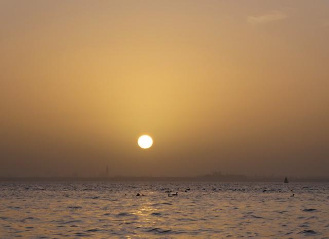 Een waterig zonnetje boven de jacht gronden.