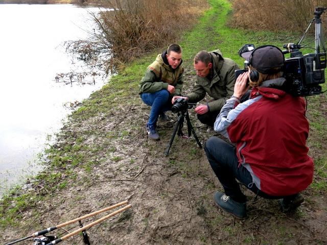 Robert de Wilt bezoekt in Vis TV Next karpervisser en 'vlogger' Luuk Zomerhuis.