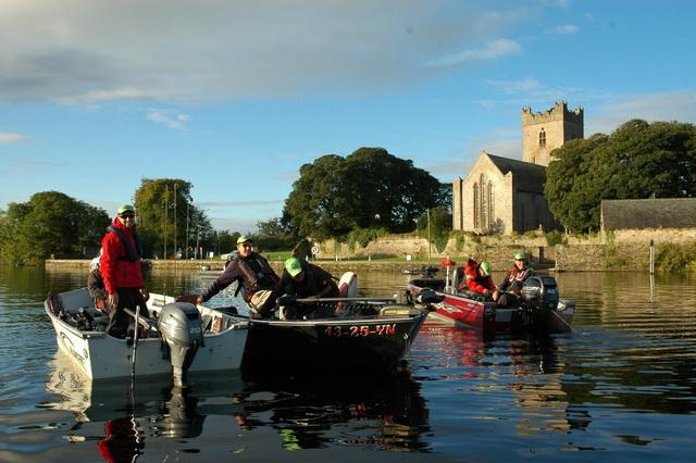 Boot controle op de rivier de Shannon in het mooie Killaloe.