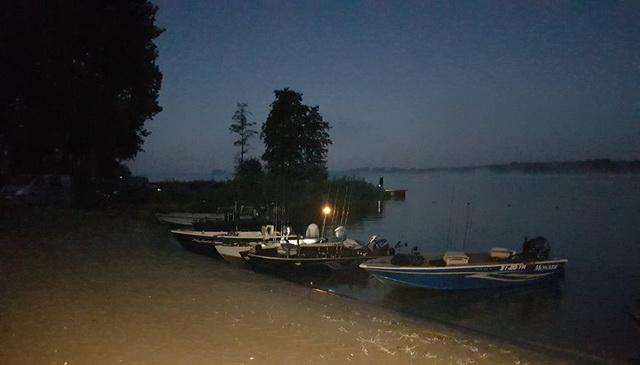 De eerste boten lagen al vroeg op het strandje.