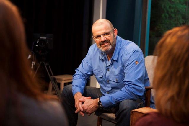 Studio Vis TV-presentator Marco Kraal leidt het verkiezingsdebat in Den Haag