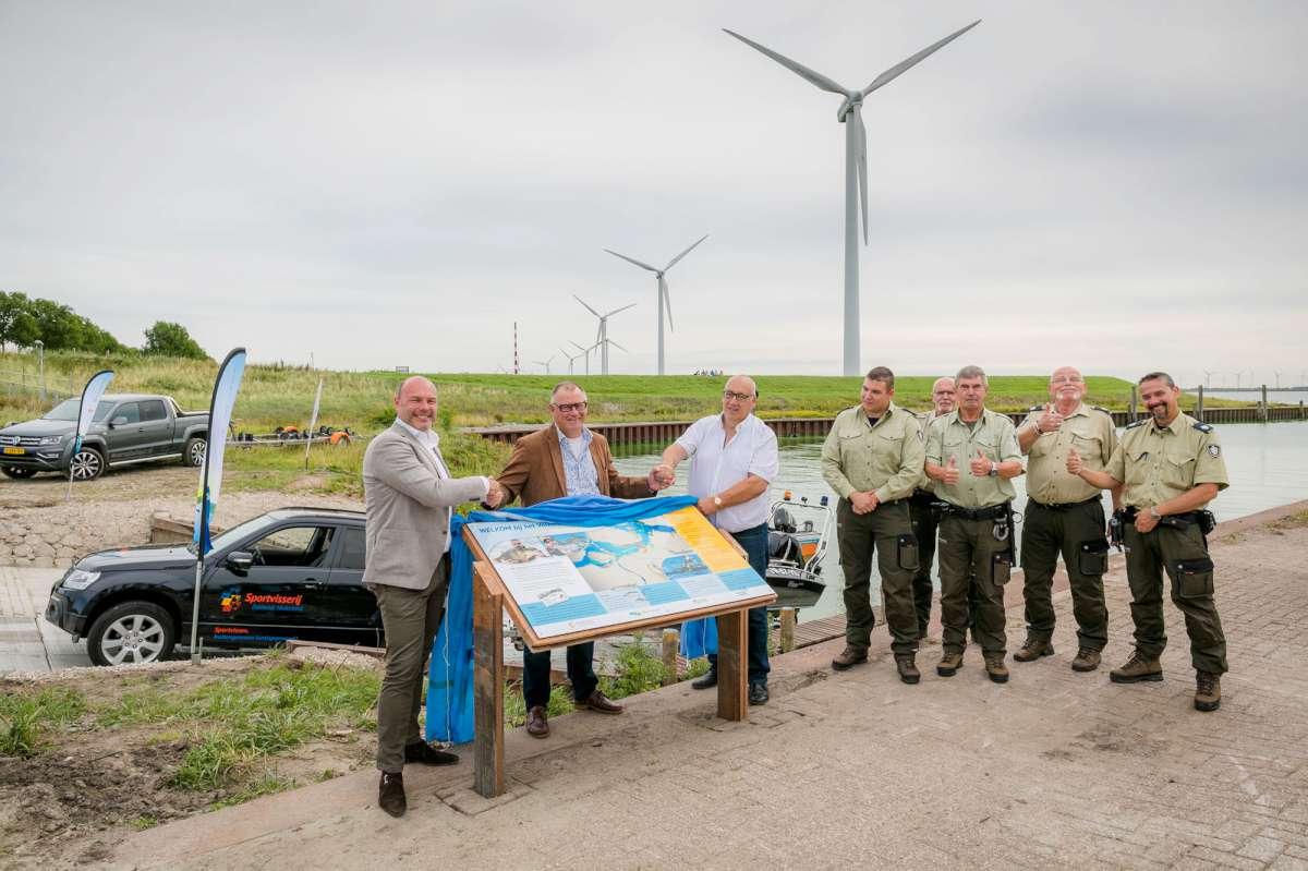 Het infopaneel wordt onthuld door Arend-Jan van der Vlugt (Wethouder gemeente Goeree-Overflakkee), Eric Marteijn (Voorzitter Sportvisserij Zuidwest Nederland) en Hans Bal (Paviljoen Sluishaven).