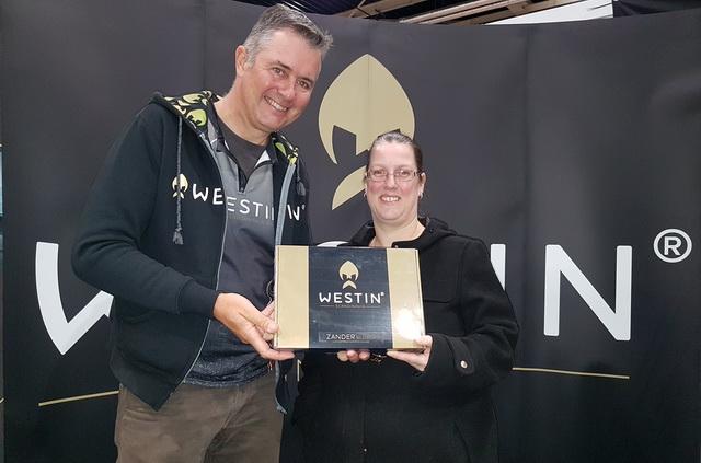 Ook kwam de eerste winnares haar prijs ophalen van de Roofvisweb-Westin Like en win actie