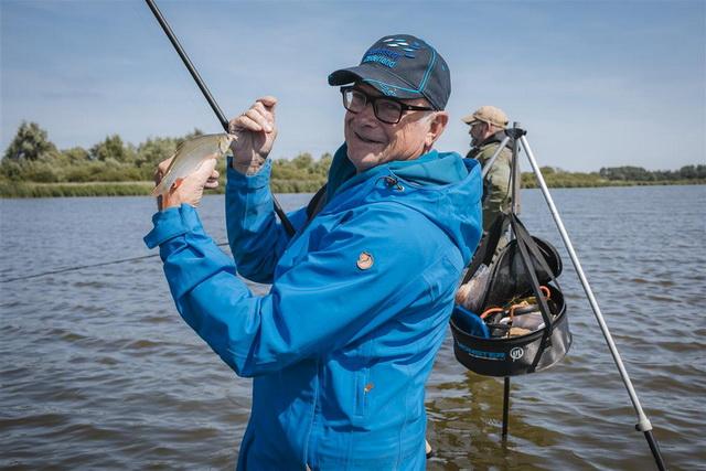 Al snel vangt het duo de eerste vissen.