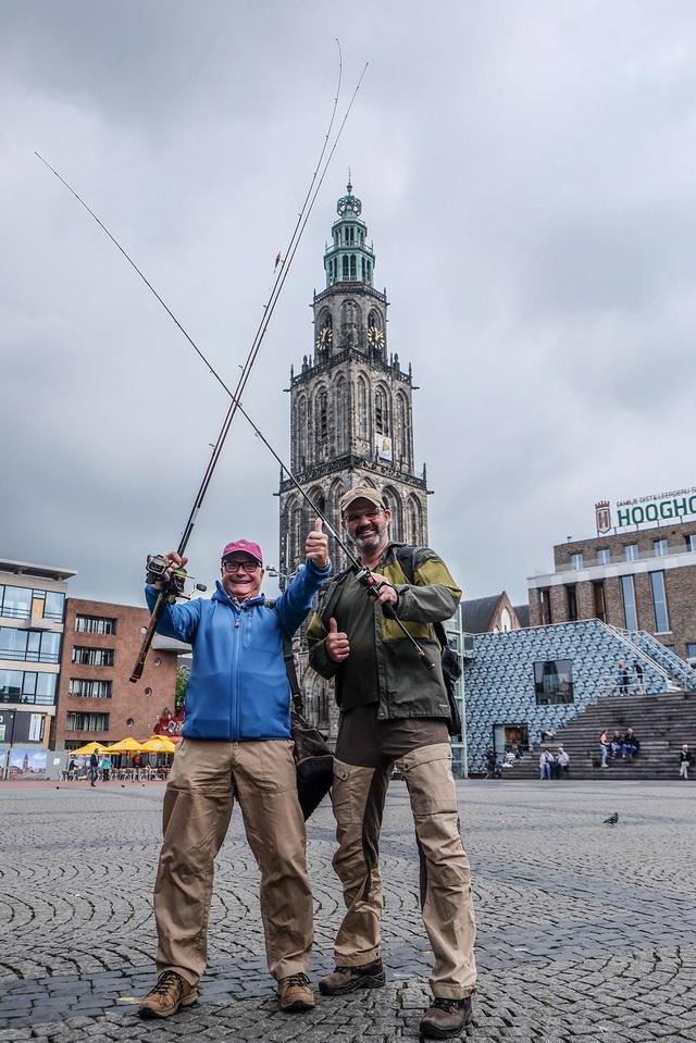 Bij de Martinitoren voelen Ed en Marco zich voor even toerist in eigen land