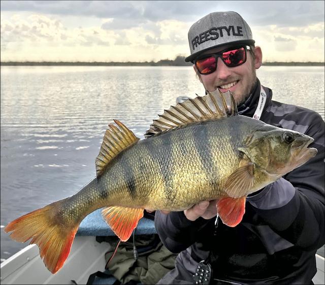 Bart pakt met de eerste worp een mooie 1.7kg op een creature bait.