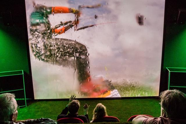 Een spannende scene uit Aquavista waar je wordt meegenomen door een kite surfer.