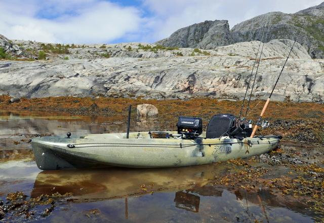 Vijf Hobie Outback kajaks trotseren de Noorse zee met hier een Camo editie welke qua kleur perfect in zijn omgeving past.