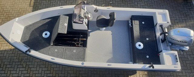 Orka Blackfish 560 met het nieuwe design hengelbak.