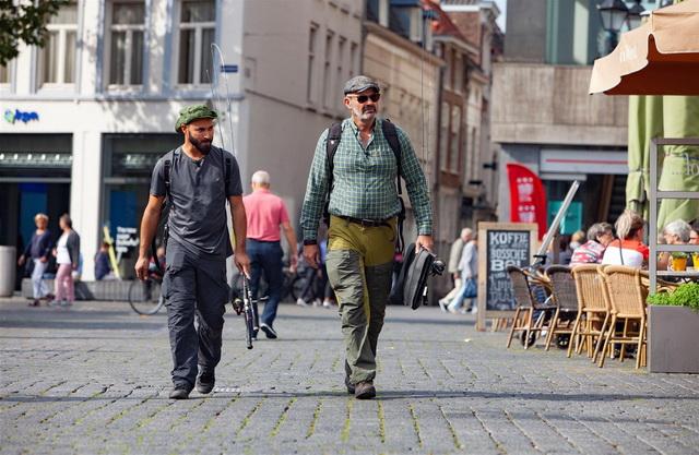 Mehmet en Marco lopen door Den Bosch