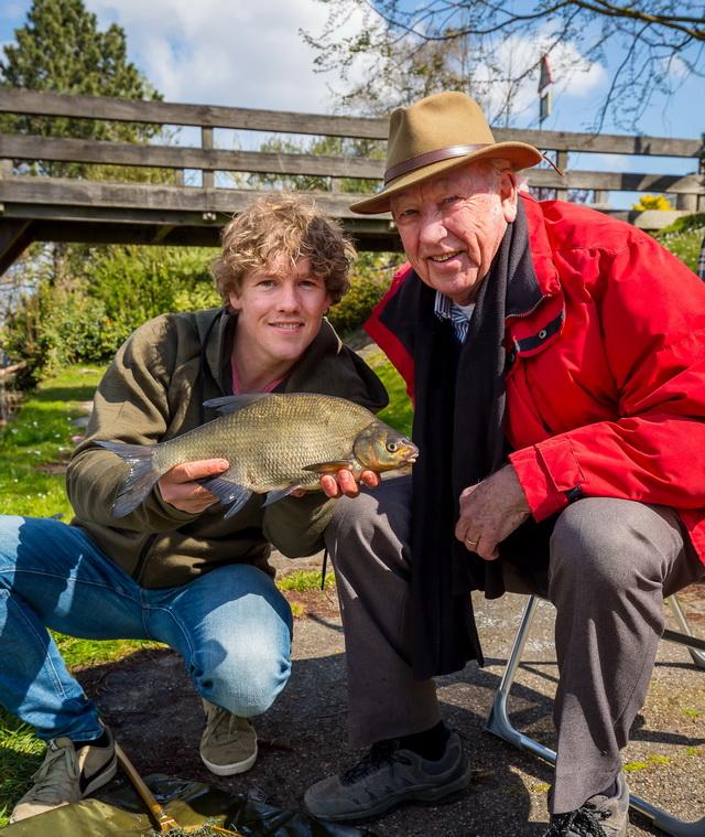 Daniel Weijers gaat-vissen met zijn opa