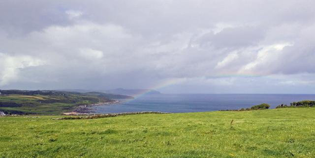 """Het """"groene eiland"""" met altijd wel ergens een regenboog zichtbaar."""