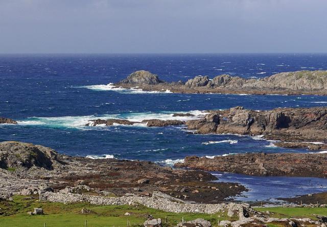 Prachtige ruige kustlijn, maar met zulke witte koppen op de golven iets te ruig voor de kayak!