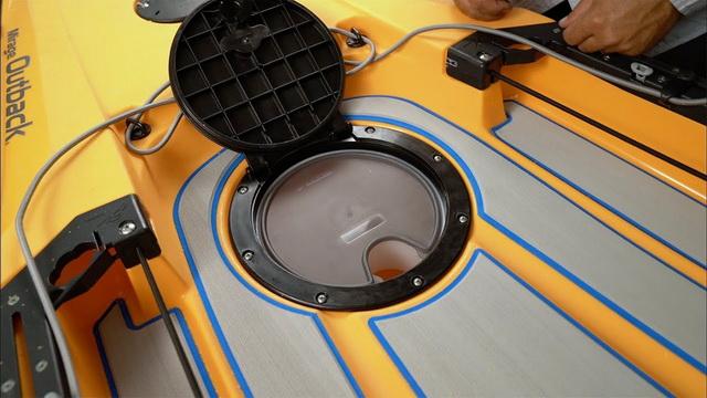 Het ronde luik (round rear hatch) geïnstalleerd in de Hobie Outback 2019.