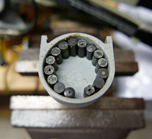 Het lagerhuis van de Hobie MirageDrive 180 met een missend lagerdeel en een plat afgesleten plastic rollager.