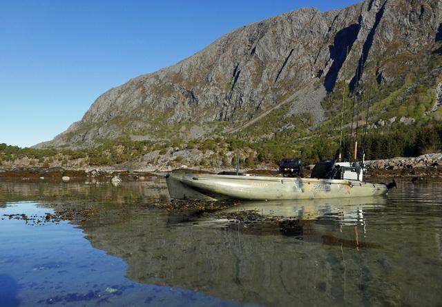 Op vele plekken rondom het eiland Vega kun je vrij gemakkelijk te water met de Hobie Outback kayaks.