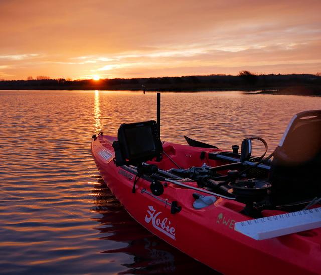 Voor mij de perfecte opstelling! De Lowrance HDS 9 Live enigszins buiten de kayak en zo laag mogelijk geïnstalleerd om zodoende veel bewegingsvrijheid te creëren.