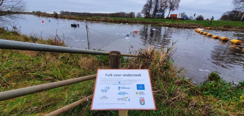 Naast de stuw heeft het waterschap een informatiebord over het migratieonderzoek geplaatst.